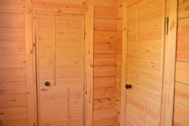 Деревянные двери в бане